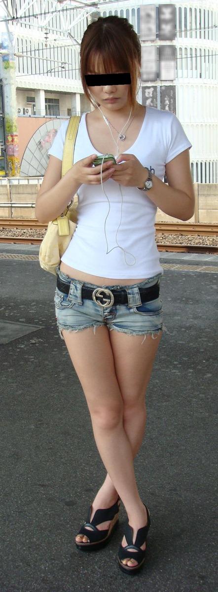 【街撮りホットパンツエロ画像】街中で見かけたホットパンツの美脚なおねーさんw 16