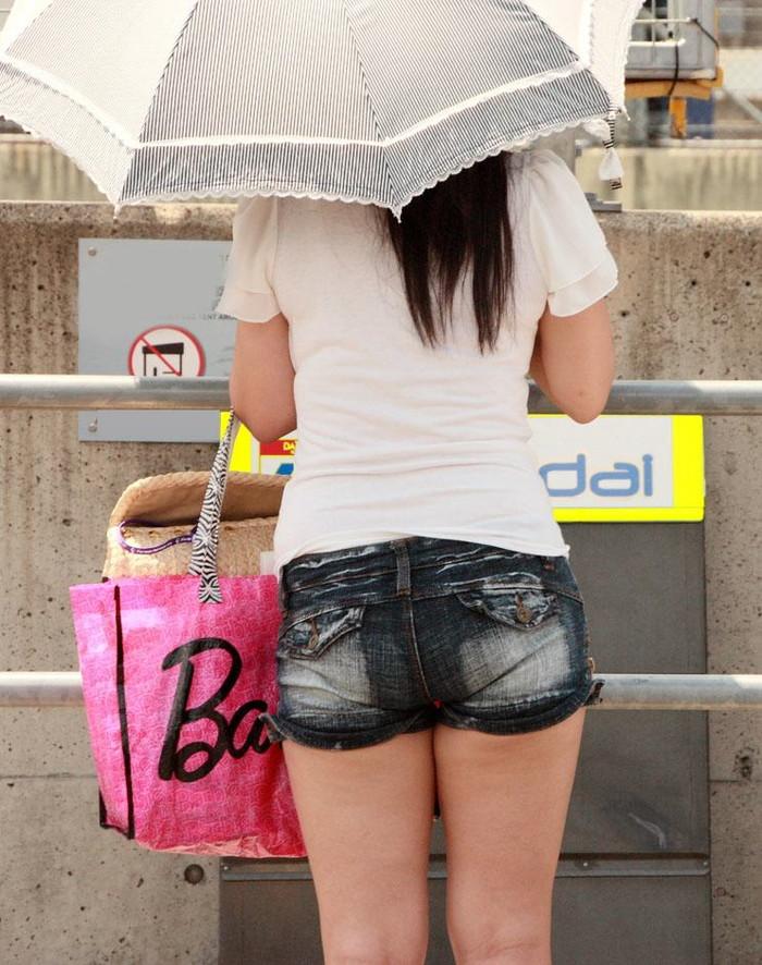 【街撮りホットパンツエロ画像】街中で見かけたホットパンツの美脚なおねーさんw 17