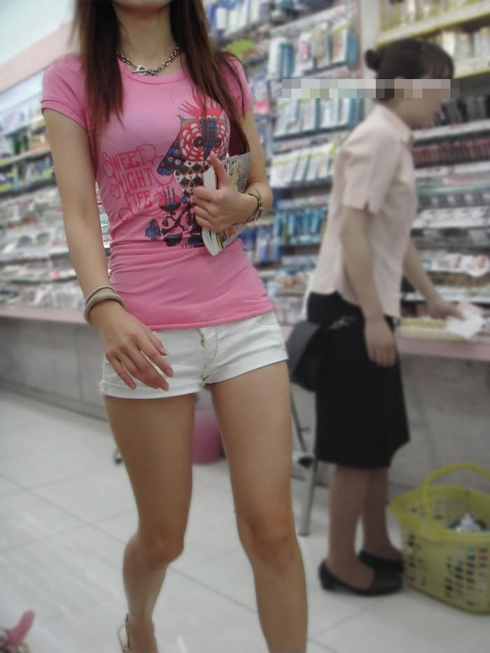 【街撮りホットパンツエロ画像】街中で見かけたホットパンツの美脚なおねーさんw 21