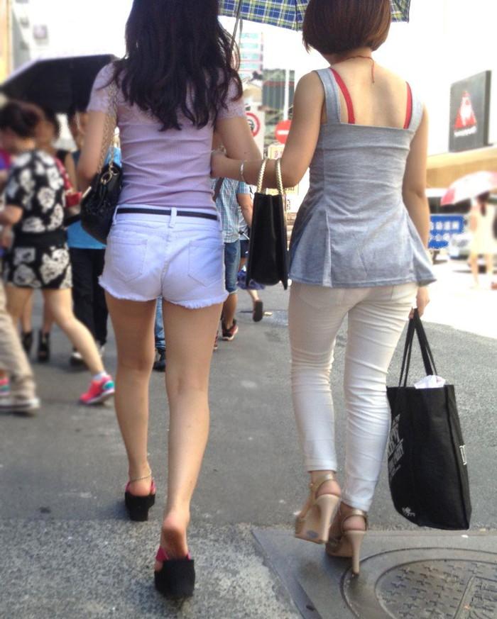 【街撮りホットパンツエロ画像】街中で見かけたホットパンツの美脚なおねーさんw 23