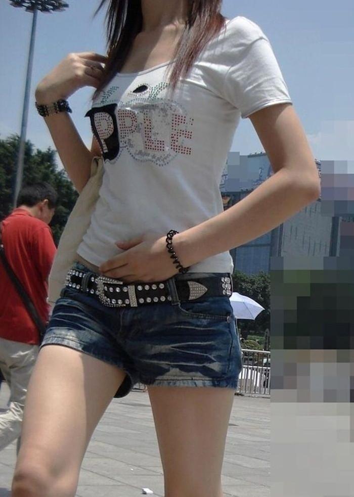 【街撮りホットパンツエロ画像】街中で見かけたホットパンツの美脚なおねーさんw 24