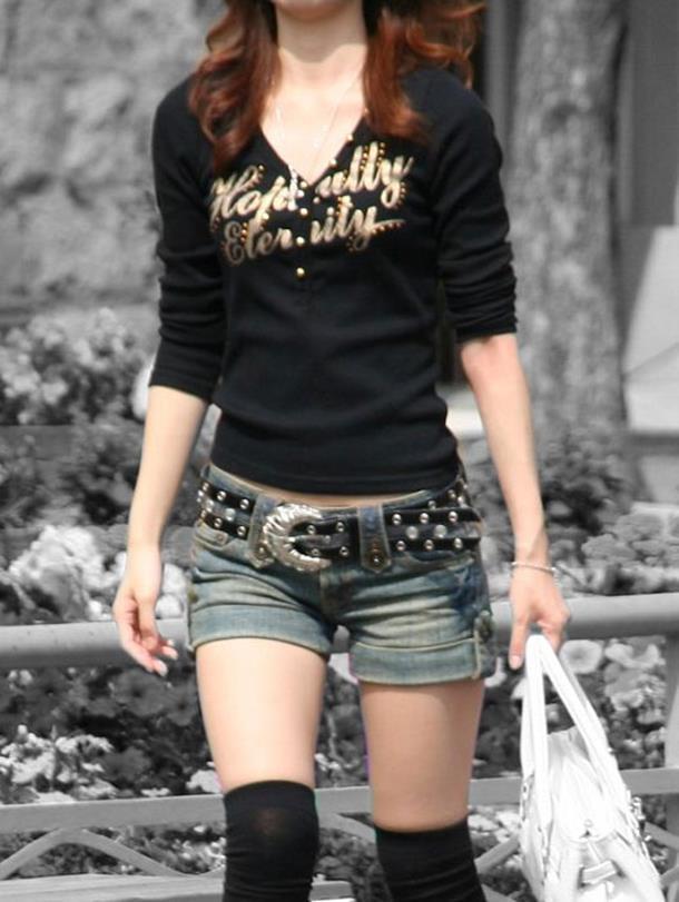 【街撮りホットパンツエロ画像】街中で見かけたホットパンツの美脚なおねーさんw 27