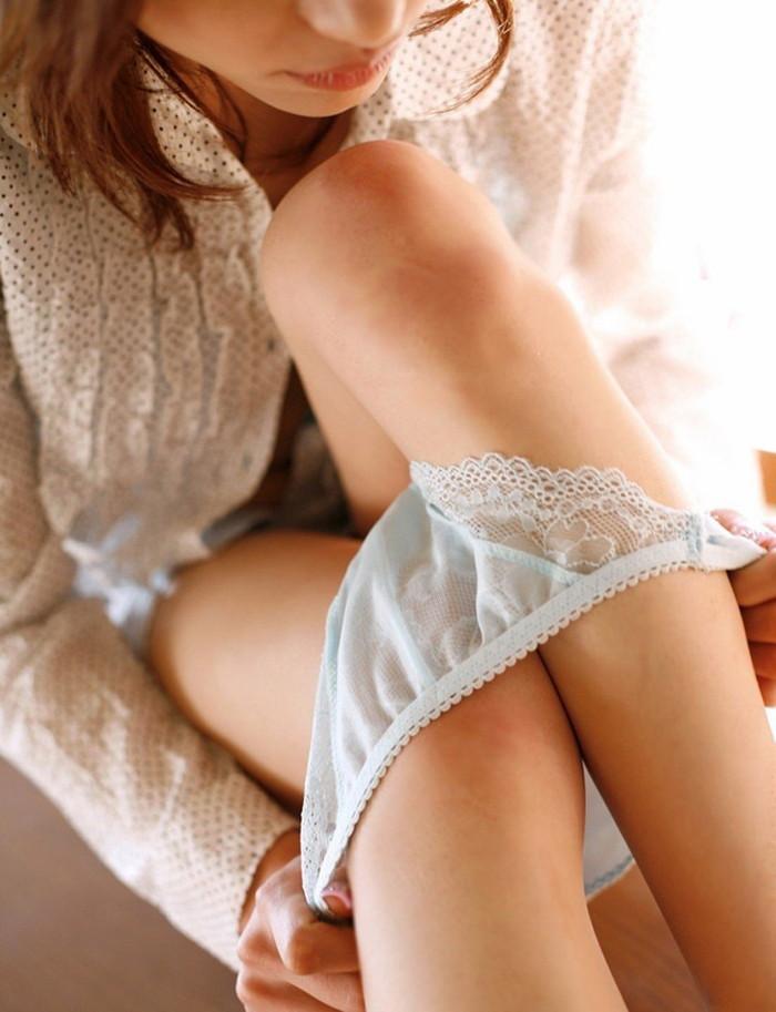 【パンツ半脱ぎエロ画像】下ろしかけたパンティー!めくれるクロッチが卑猥すぎっ! 22