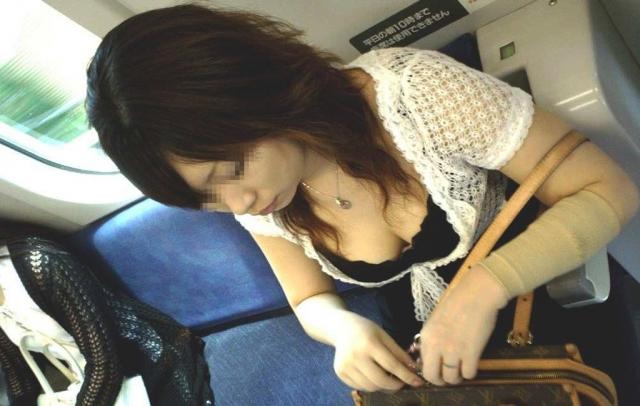 電車の女性客の胸チラエロ画像