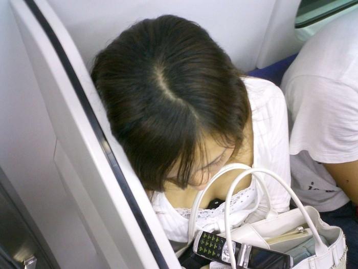 【電車内胸チラエロ画像】油断した!?胸元の開いた素人娘たちを激写した結果ww 表紙