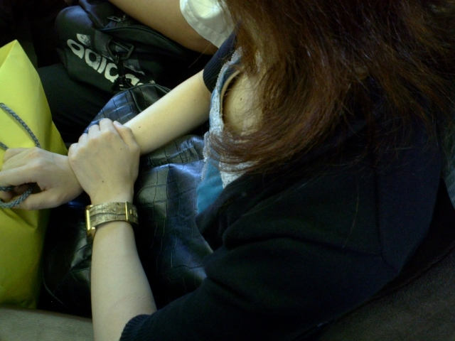 【電車内胸チラエロ画像】油断した!?胸元の開いた素人娘たちを激写した結果ww 10