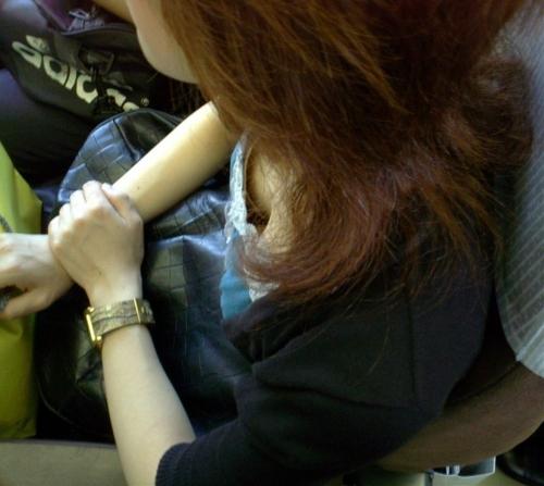 【電車内胸チラエロ画像】油断した!?胸元の開いた素人娘たちを激写した結果ww 14