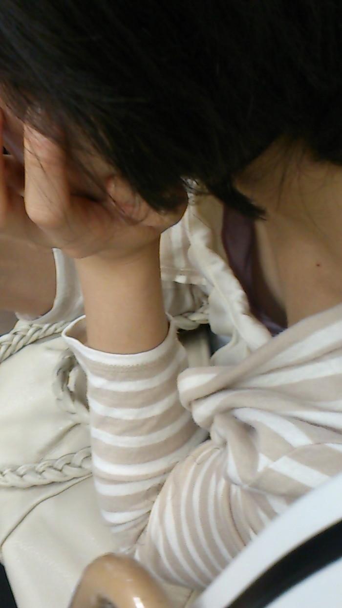 【電車内胸チラエロ画像】油断した!?胸元の開いた素人娘たちを激写した結果ww 16