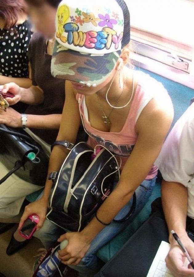 【電車内胸チラエロ画像】油断した!?胸元の開いた素人娘たちを激写した結果ww 26