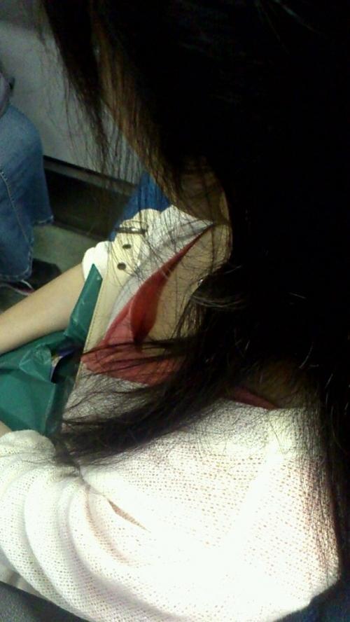 【電車内胸チラエロ画像】油断した!?胸元の開いた素人娘たちを激写した結果ww 27
