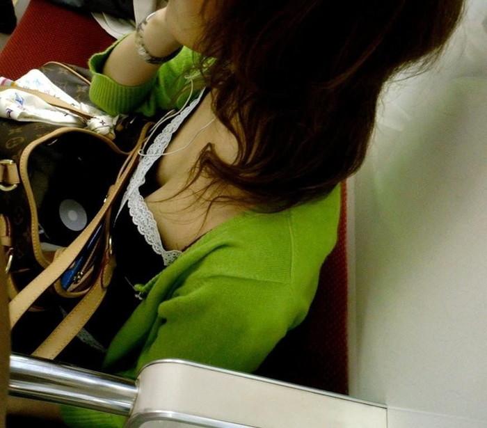 【電車内胸チラエロ画像】油断した!?胸元の開いた素人娘たちを激写した結果ww 28