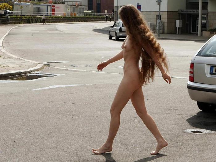 【海外露出エロ画像】日本国内だけではない!海外にもいる露出狂の女たちww 25
