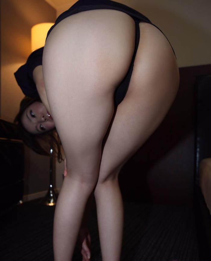 【Tバックエロ画像】お尻丸出し!?お尻を美しくセクシーに強調した下着! 16