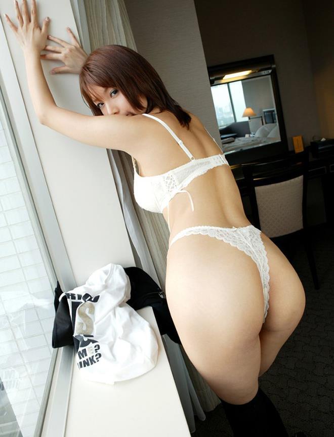 【Tバックエロ画像】お尻丸出し!?お尻を美しくセクシーに強調した下着! 24