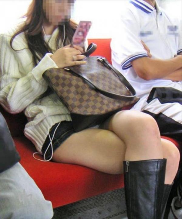【電車内盗撮エロ画像】電車内で素人娘たちの油断した瞬間を激写したったぜ! 04