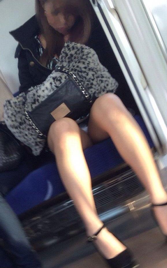 【電車内盗撮エロ画像】電車内で素人娘たちの油断した瞬間を激写したったぜ! 10