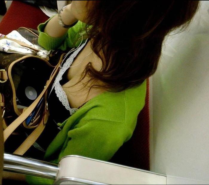 【電車内盗撮エロ画像】電車内で素人娘たちの油断した瞬間を激写したったぜ! 15