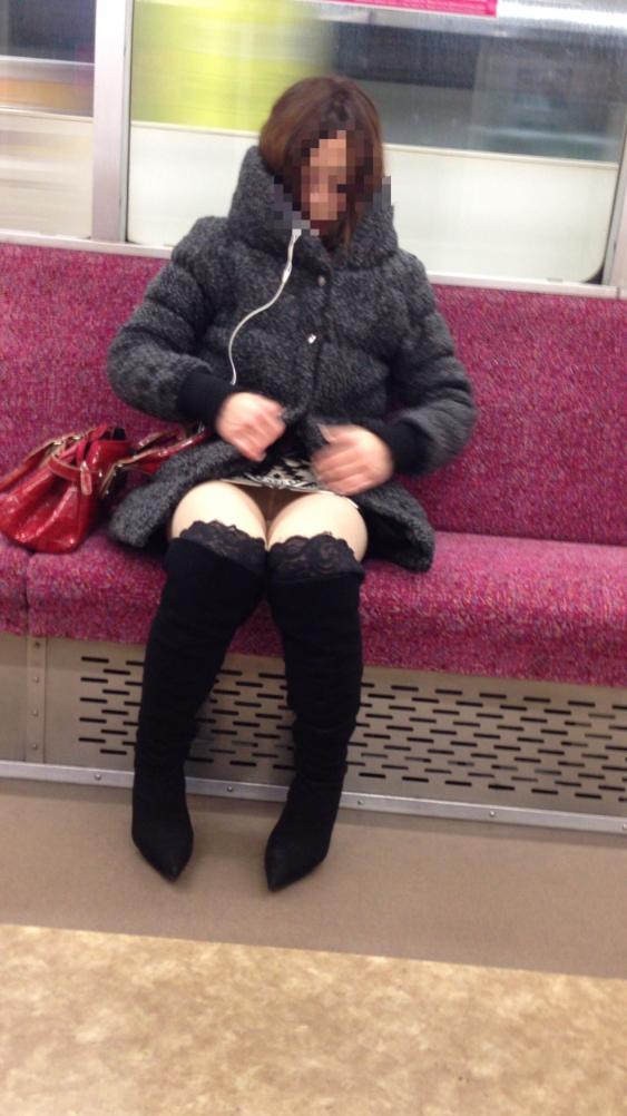 【電車内盗撮エロ画像】電車内で素人娘たちの油断した瞬間を激写したったぜ! 16