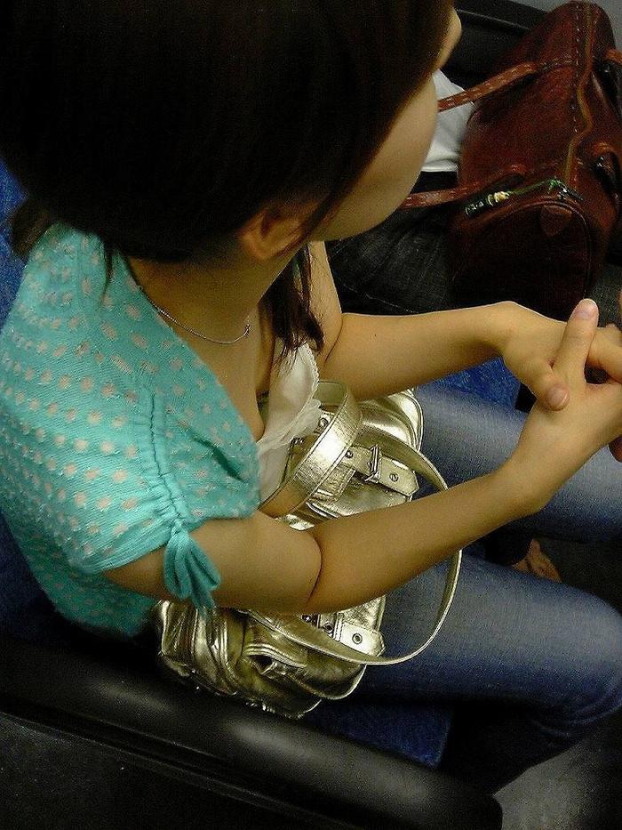 【電車内盗撮エロ画像】電車内で素人娘たちの油断した瞬間を激写したったぜ! 19