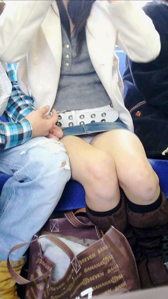 【電車内盗撮エロ画像】電車内で素人娘たちの油断した瞬間を激写したったぜ! 24