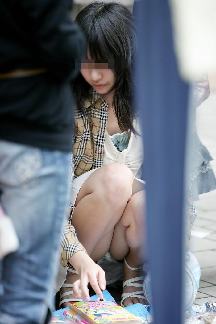 【街撮りパンチラエロ画像】街中で見かけたパンチラ女子をコッソリ盗撮してみた結果w 03