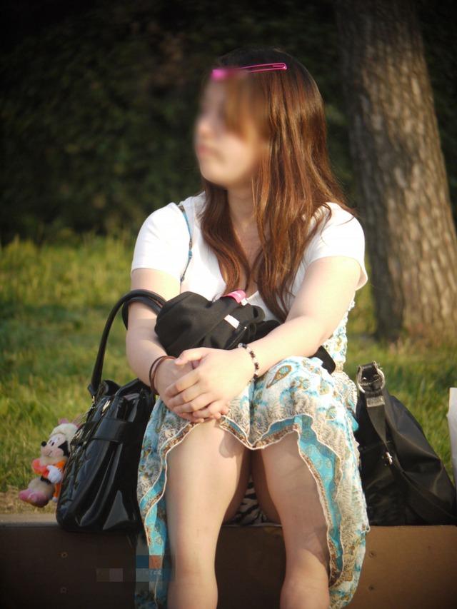 【街撮りパンチラエロ画像】街中で見かけたパンチラ女子をコッソリ盗撮してみた結果w 07