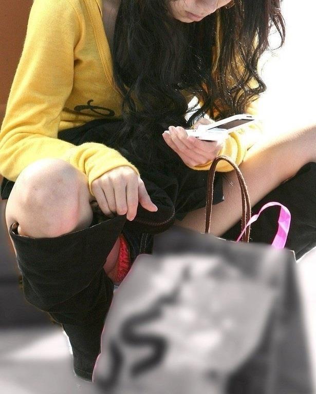 【街撮りパンチラエロ画像】街中で見かけたパンチラ女子をコッソリ盗撮してみた結果w 15
