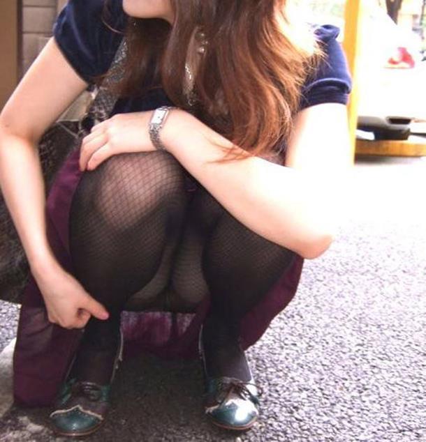 【街撮りパンチラエロ画像】街中で見かけたパンチラ女子をコッソリ盗撮してみた結果w 19