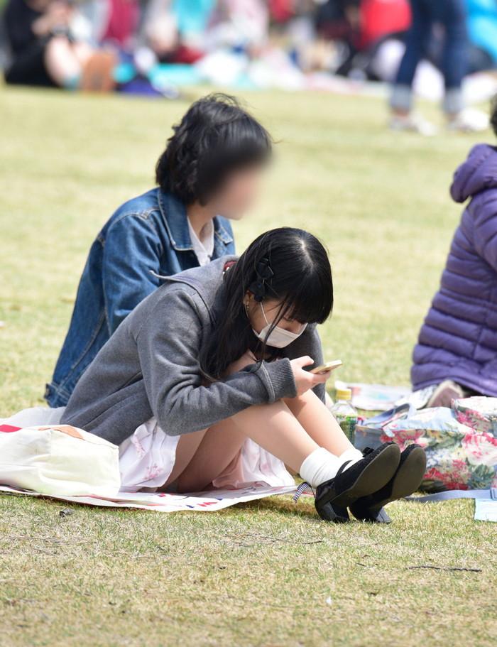 【街撮りパンチラエロ画像】街中で見かけたパンチラ女子をコッソリ盗撮してみた結果w 21