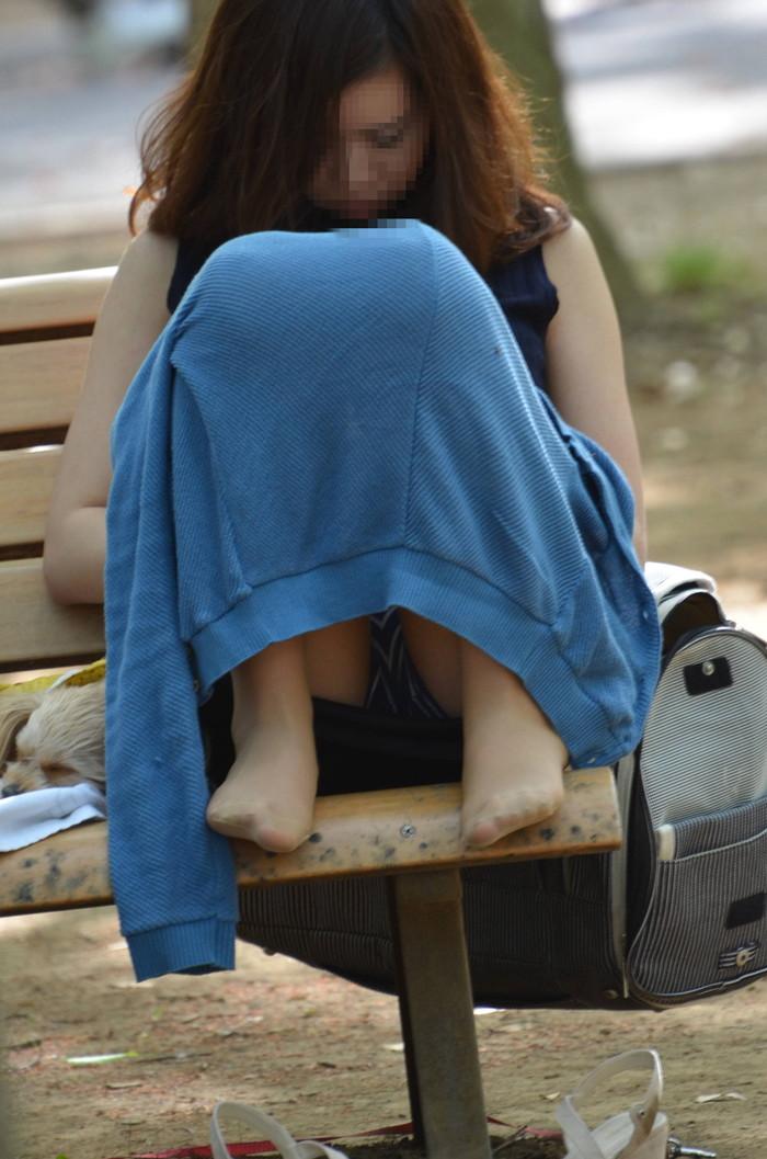 【街撮りパンチラエロ画像】街中で見かけたパンチラ女子をコッソリ盗撮してみた結果w 24