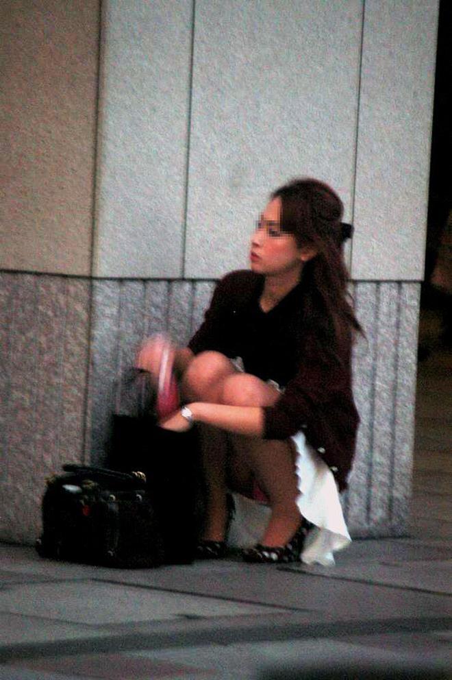 【街撮りパンチラエロ画像】街中で見かけたパンチラ女子をコッソリ盗撮してみた結果w 25
