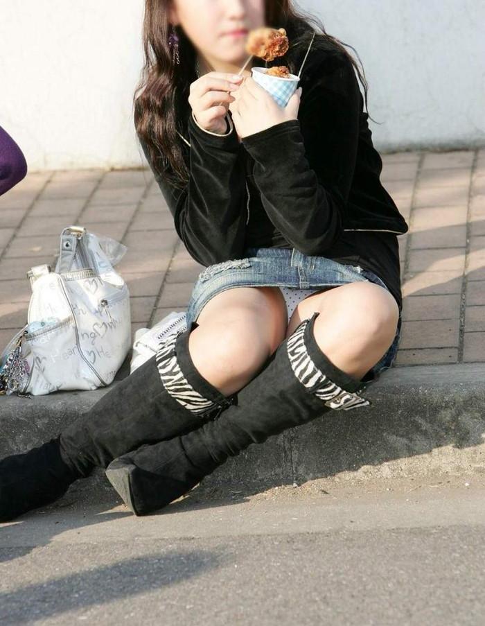 【街撮りパンチラエロ画像】街中で見かけたパンチラ女子をコッソリ盗撮してみた結果w 26