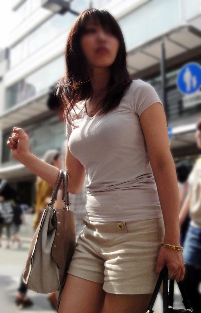 【着衣巨乳エロ画像】街中で目を引く、着衣の上からでもわかる巨乳女www 02