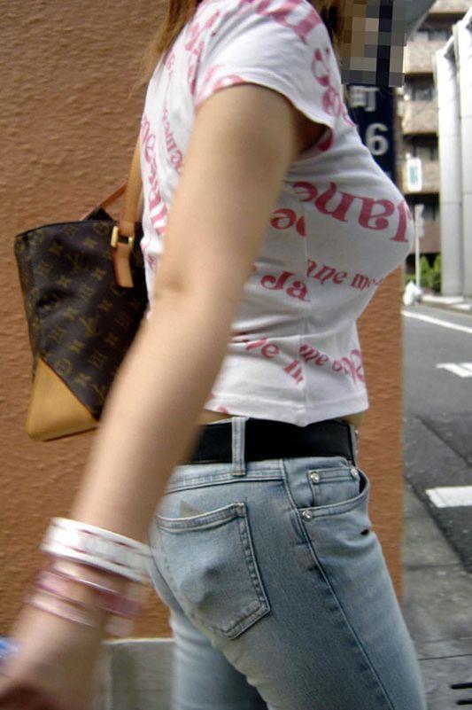 【着衣巨乳エロ画像】街中で目を引く、着衣の上からでもわかる巨乳女www 05
