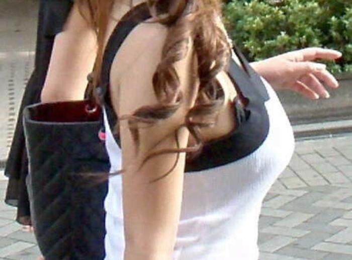 【着衣巨乳エロ画像】街中で目を引く、着衣の上からでもわかる巨乳女www 14