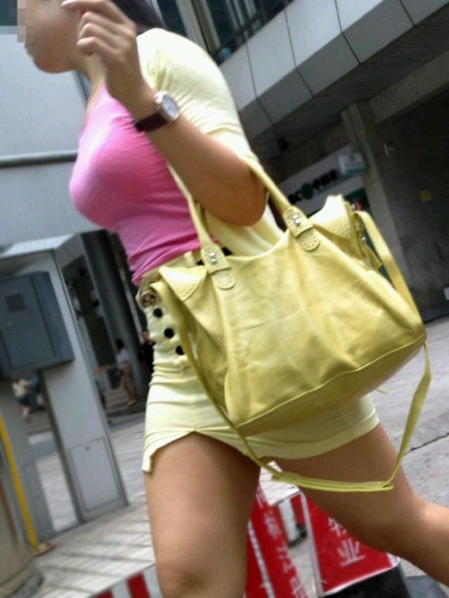 【着衣巨乳エロ画像】街中で目を引く、着衣の上からでもわかる巨乳女www 17
