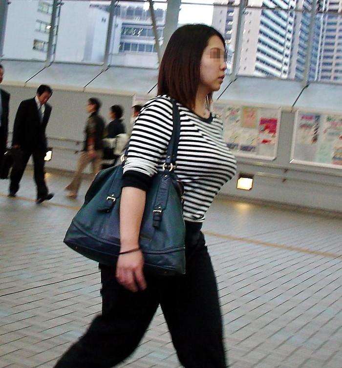 【着衣巨乳エロ画像】街中で目を引く、着衣の上からでもわかる巨乳女www 20