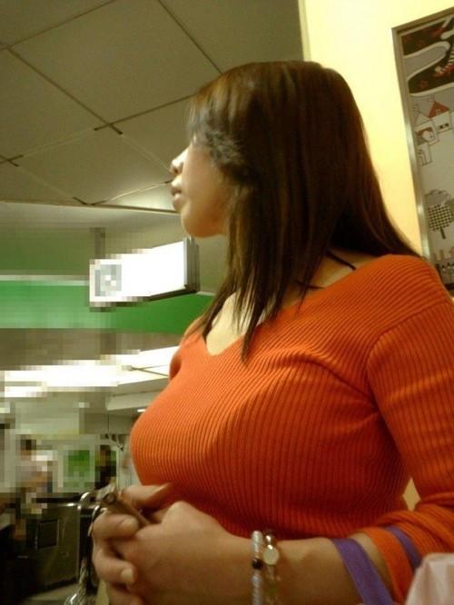 【着衣巨乳エロ画像】街中で目を引く、着衣の上からでもわかる巨乳女www 23