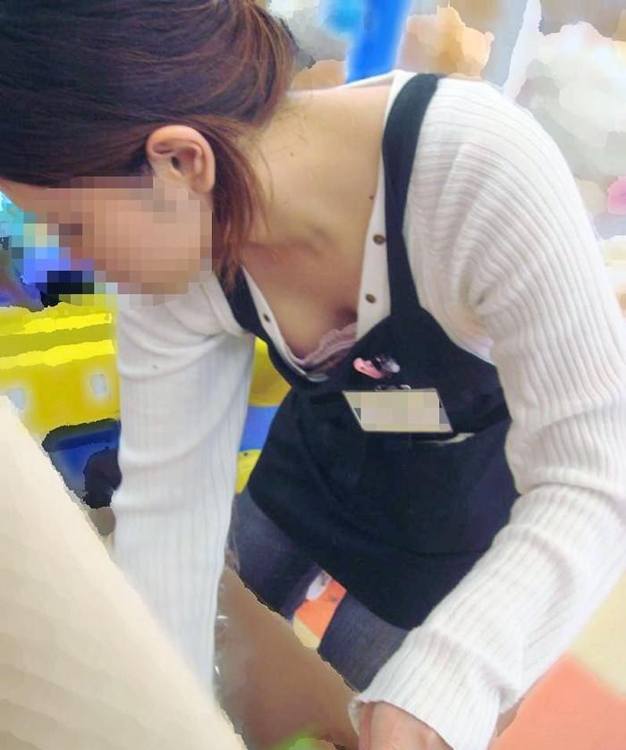 【胸チラエロ画像】おっぱいがこぼれそう!?胸チラ画像集めたった!wwww 01