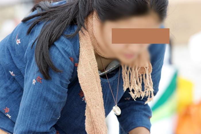 【胸チラエロ画像】おっぱいがこぼれそう!?胸チラ画像集めたった!wwww 03