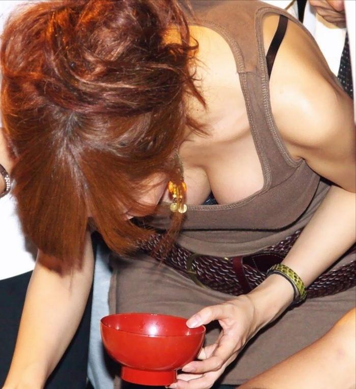【胸チラエロ画像】おっぱいがこぼれそう!?胸チラ画像集めたった!wwww 10