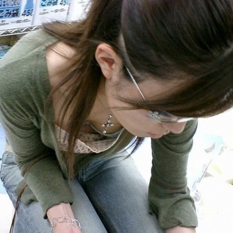 【胸チラエロ画像】おっぱいがこぼれそう!?胸チラ画像集めたった!wwww 12