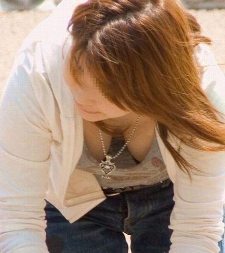 【胸チラエロ画像】おっぱいがこぼれそう!?胸チラ画像集めたった!wwww 13