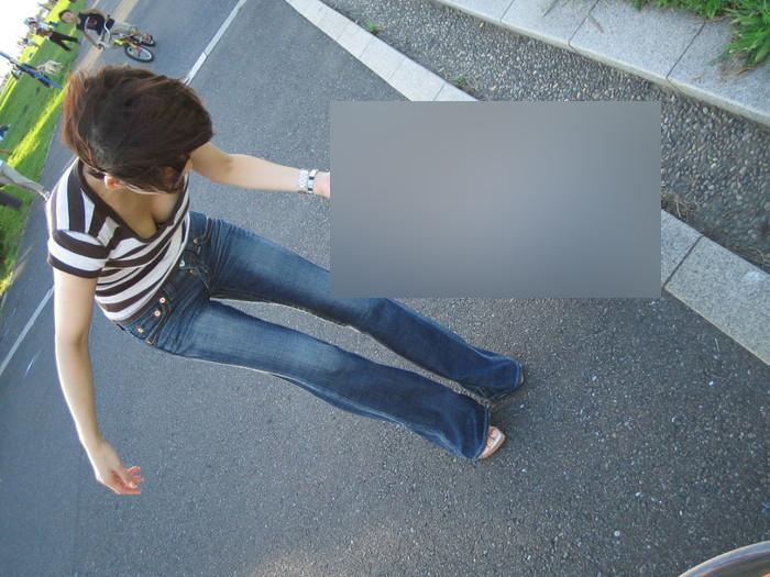 【胸チラエロ画像】おっぱいがこぼれそう!?胸チラ画像集めたった!wwww 17