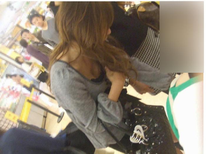 【胸チラエロ画像】おっぱいがこぼれそう!?胸チラ画像集めたった!wwww 21