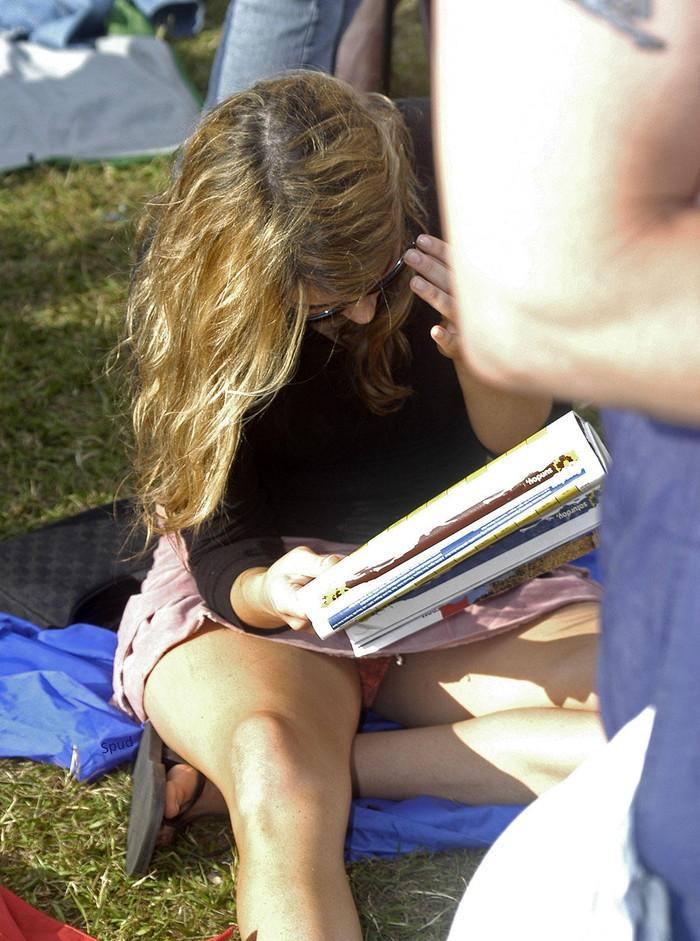 【海外パンチラエロ画像】海外でパンチラしている女の子たちの画像集めたった! 11