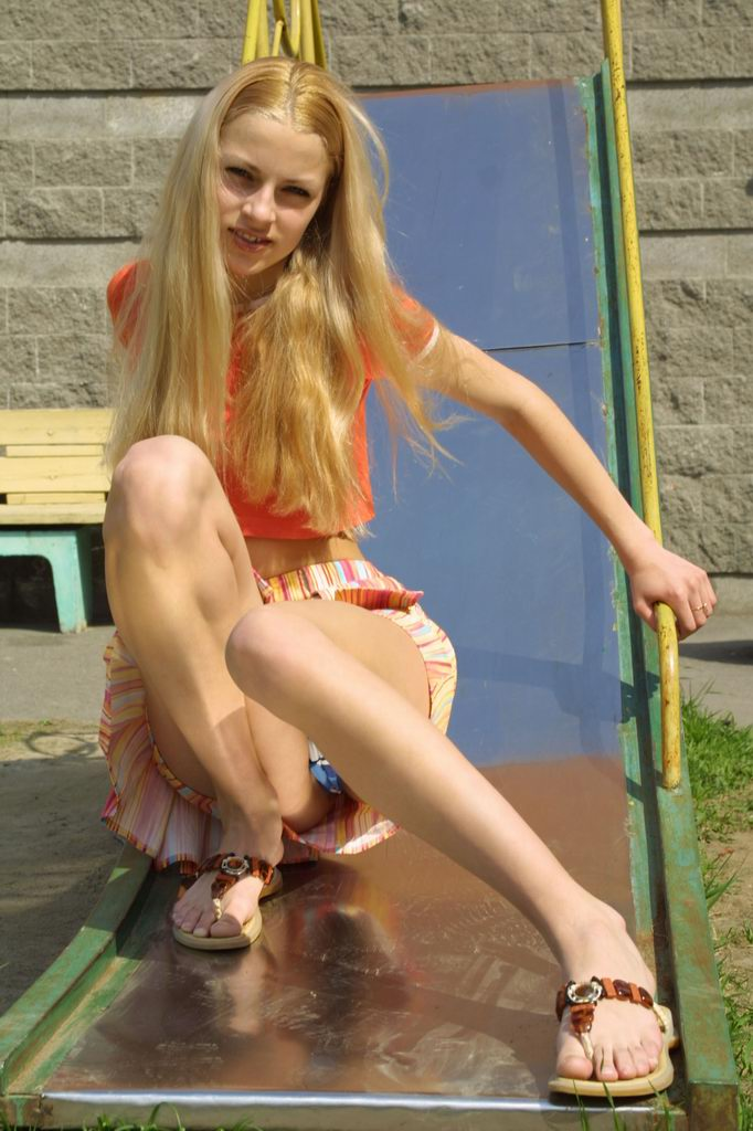 【海外パンチラエロ画像】海外でパンチラしている女の子たちの画像集めたった! 25