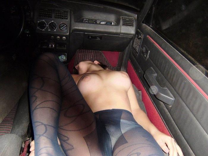 【車内エロ画像】車内という密室で行われる秘密のプチ露出プレイがこちらww 06