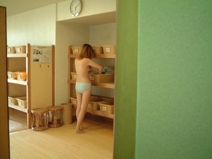 【着替え盗撮エロ画像】見てみたいがココにある!脱衣所で着替える女の子たち! 01