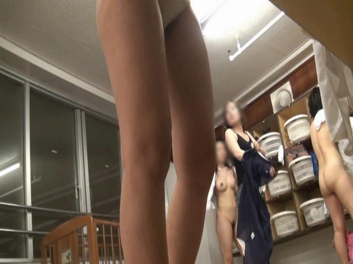 【着替え盗撮エロ画像】見てみたいがココにある!脱衣所で着替える女の子たち! 08